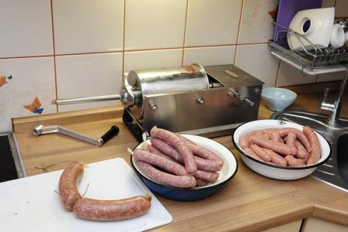 Готовые колбаски и сосиски