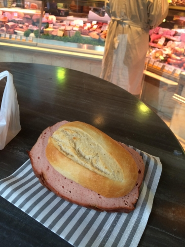 Нет ничего лучше свежей булочки и баварского мясного хлеба!!!