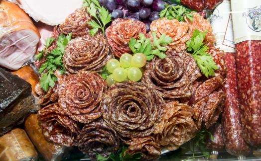 Как зарабатывают на букетах из колбасы и овощей